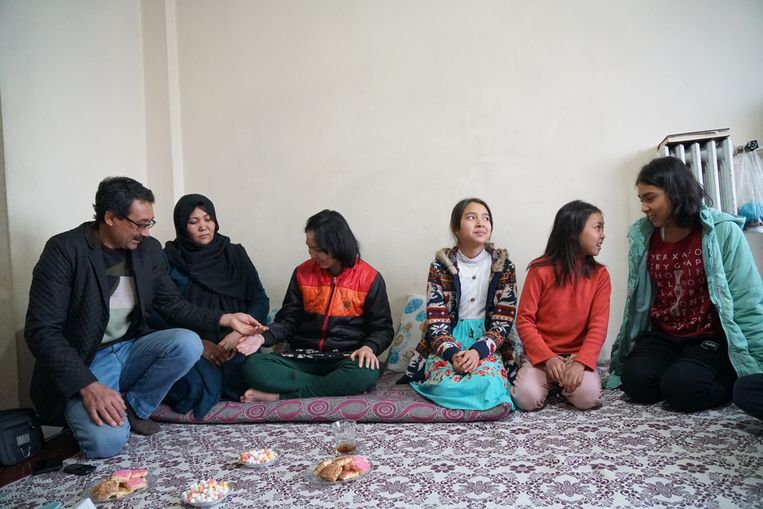 Het Afghaanse gezin Mohseni in hun kale woning in  de Turkse stad Van. 'De smokkelaar stal  ons laatste beetje geld.' Beeld Melvyn Ingleby