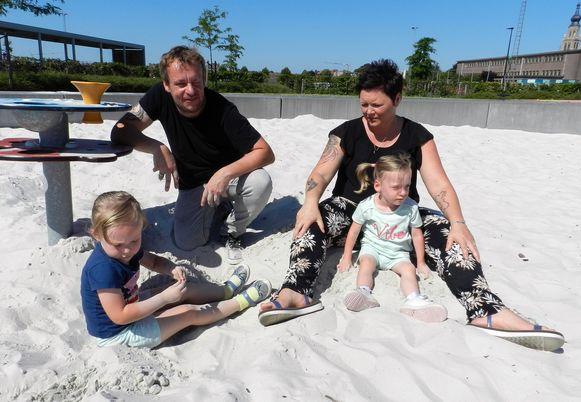 Toon Verheijen en Joyce De Sager met hun tweeling Lise en Maartje.