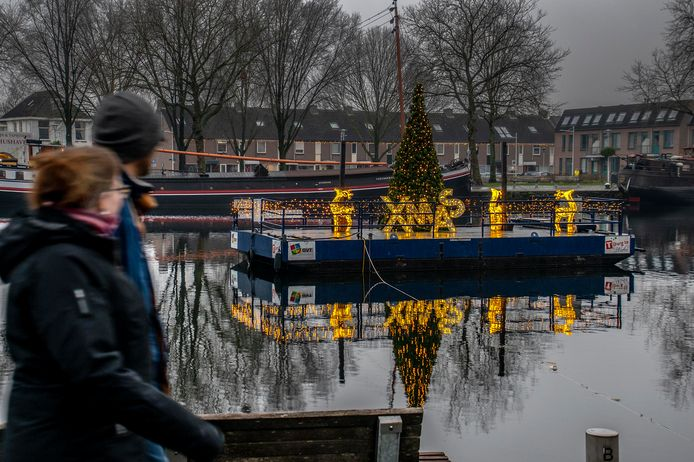 'Christmas' halen ze weg, maar de sfeerverlichting blijft voorlopig nog aan de Piushaven. Voor de wandelaars.