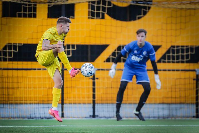 Adriano Bertaccini (Thes Sport) met de assist voor het doelpunt van Simon Bammens tegen RC Hades.