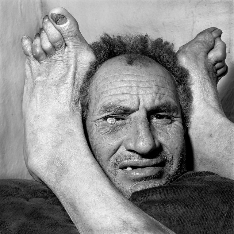 'Head between Feet' (2009. Beeld Roger Ballen