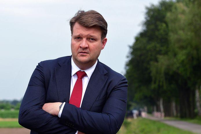 Burgemeester Han van Midden, burgemeester van gemeente Roosendaal, is de vuurwerkellende beu.