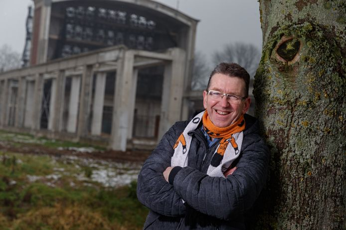 Jos Schalk, misschien wel de beste ambassadeur voor de kern Moerdijk. Op de achtergrond het oude Dorpshart dat inmiddels is opgeknapt.