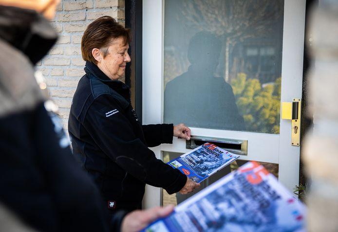 De speciale bevrijdingskrant, oplage 43.000 exemplaren, wordt in de Hoeksche Waard huis-aan-huis verspreid door Roparunteam de Hoeksche Waardrunners.