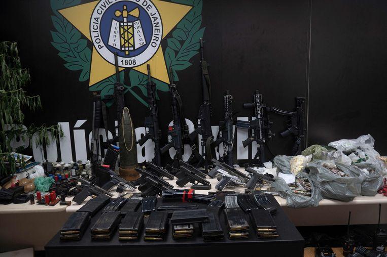 De politie van Rio de Janeiro presenteerde donderdag een deel van de in beslag genomen wapens en munitie. Beeld AFP