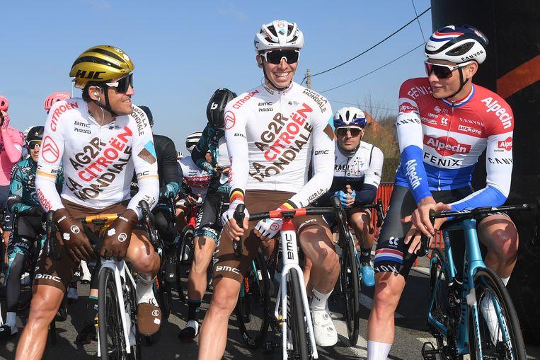 'Met Wout en Mathieu erbij wordt het moeilijk voor mij om nog grote koersen te winnen.' (Foto: aan de start van Kuurne- Brussel-Kuurne met Oliver Naesen en Mathieu Van der Poel) Beeld BELGA