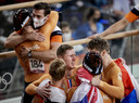 Roy van den Berg, Jeffrey Hoogland, Harrie Lavreysen en Matthijs Büchli tijdens de finale het baanwielrennen in het Izu Velodrome op de Olympische Spelen in Tokio.