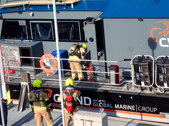 De brandweer controleert het schip na terugkeer in Vlissingen.
