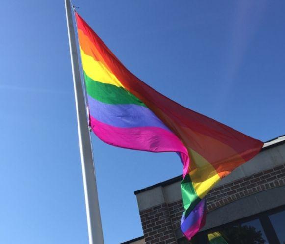 De regenboogvlag wappert in Kortenaken