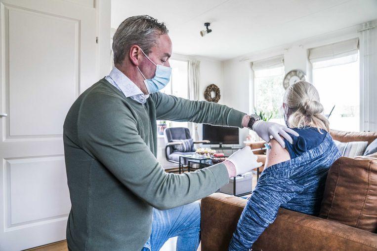 Een huisarts in Gieten vaccineert een vrouw tegen het coronavirus. Beeld ANP