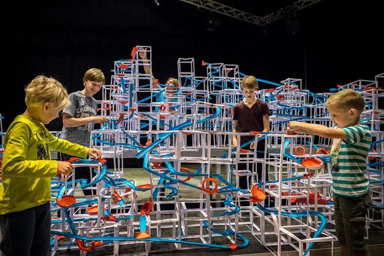 Kinderen bouwden in 2015 mee aan de grootste knikkerbaan ter wereld en ontwikkelden zich zo breed. Beeld Rink Hof