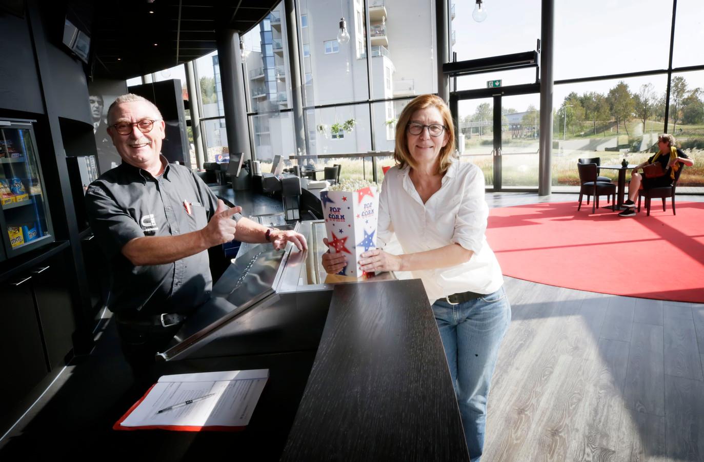 Carlo Lambregts van de bioscoop en Ria Adriaansen van filmclub Cinema Paradiso.