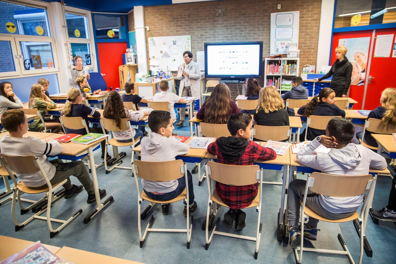 Door het lerarentekort moeten scholen steeds vaker klassen samenvoegen.