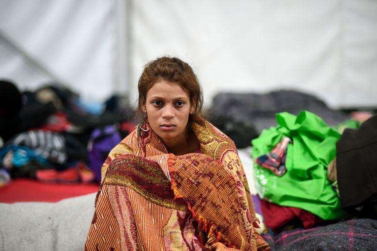 Een jonge vrouw die op weg is naar de VS rust uit in een opvangcentrum in Mexico-stad.