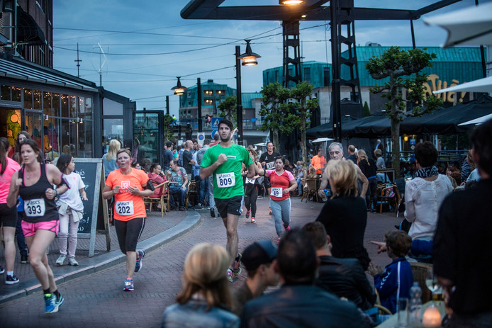 Vanaf de volle terrassen bij het Havenplein werden de deelnemers aan de eerste NightRun Helmond aangemoedigd.