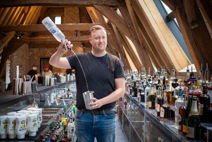 Aan de voet van de Sint-Romboutstoren vind je de Bartender School van Sven Cautaerts. Studenten leren er cocktails mixen en jongleren met glas en fles.