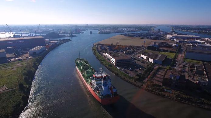 De zeehaven van Dordrecht is de meest landinwaarts gelegen zeehaven van Nederland.