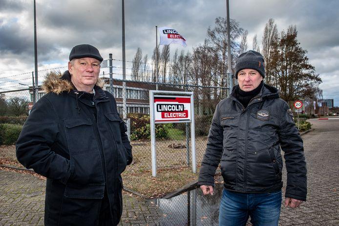 Hans (li) en Peter van den Heuvel bij de poort van Lincoln Smitweld.