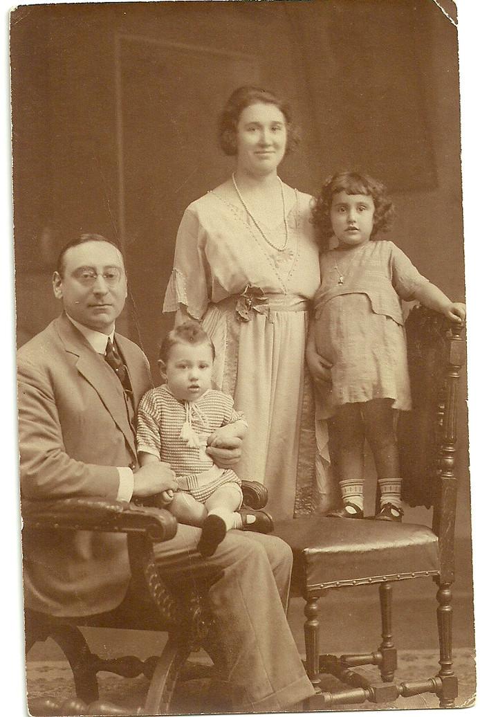 Isadoor en Theresia Goudstikker met hun kinderen Jules (op schoot) en Rozeke. Het verhaal van de familie Goudstikker wordt zondag verteld door Philip Soesan; hij is een ver familielid van de Goudstikkers.