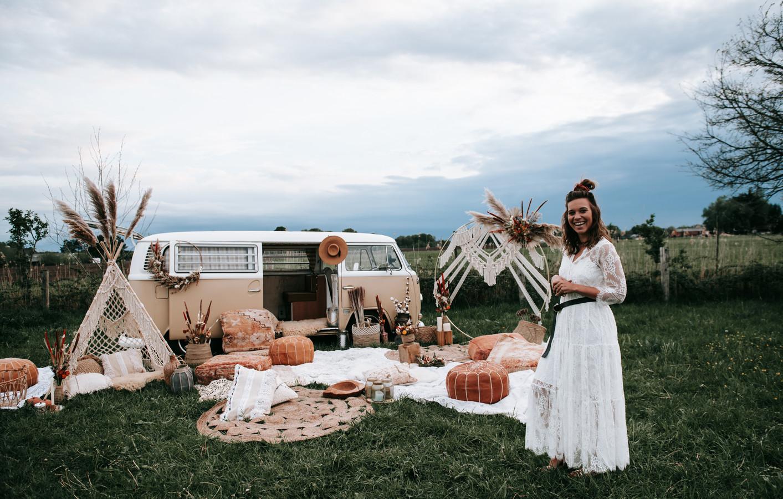 Ellen Bolckmans bij haar gloednieuwe outdoor decor.