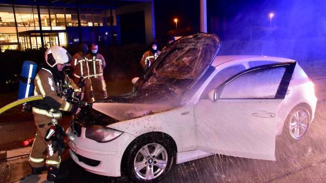 Motorcompartiment BMW brandt uit, bestuurder komt met de schrik vrij