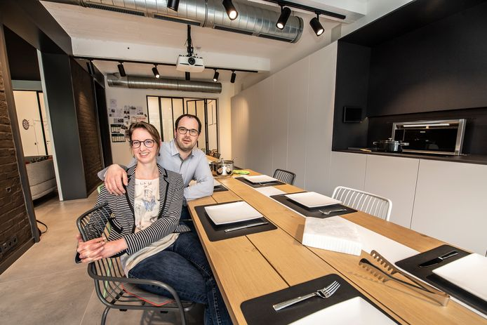 Simon Alleman en Chloé Van Eecke in de keuken. Bemerk onder andere de 120x120-tegels en de dampkap die uit het werkblad naar boven schuift.
