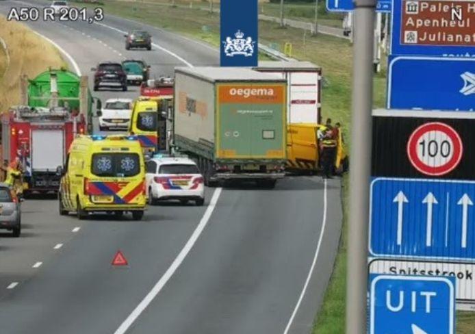 De situatie op de snelweg A50 ten noorden van Arnhem, richting Apeldoorn, na het ongeluk op camerabeeld van Rijkswaterstaat.