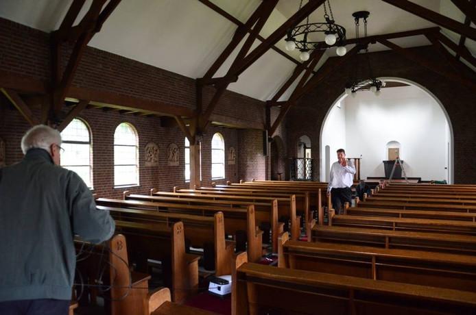 Een lege kerk.