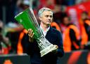 José Mourinho met de beker.