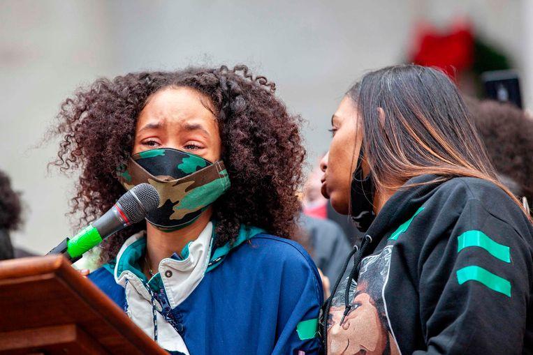 Casey Goodson's partner (links) en zijn moeder bij een openbare bijeenkomst na zijn dood. Beeld AFP