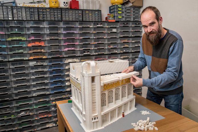 Giovanni Seynhaeve heeft een aparte kamer in zijn huis vol Legoblokjes, waar hij al maanden aan de maquette van Eperon d'Or werkt.