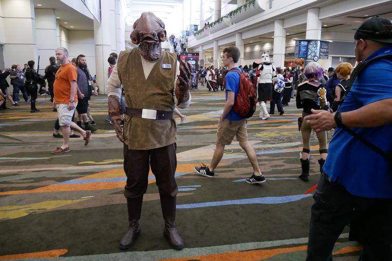 """Wie? Kevin (32), acteur, woont in Los Angeles (Californië) •  Waarom? """"Ik heb nog geen enkele Star Wars Celebration gemist. Vandaag is het de eerste keer dat ik mijn Admiraal Ackbar-kostuum draag, maar ik heb ook een Stormtrooper-, Darth Vader-, Rebel Pilot-, Rebel Fleet Trooper- en Han Solo-pak."""" •  Hoeveel? """"Ik bekijk het als een vakantie, dus dat valt mee."""" Beeld Robin Broos"""