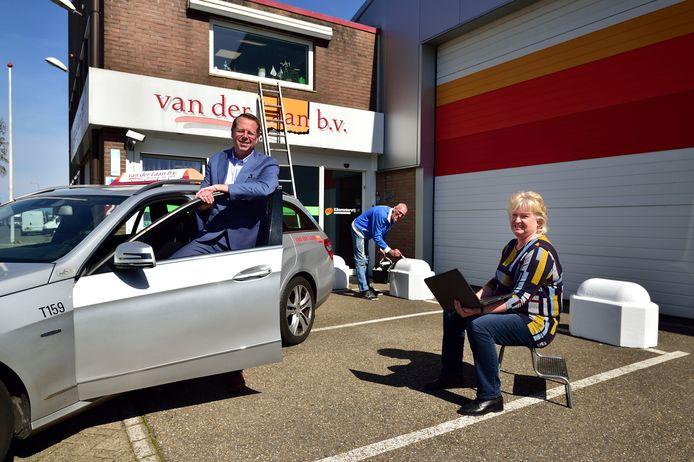Bij taxibedrijf van der Laan staan 110 van de 120 auto's stil. Links directeur John van der Laan. Chauffeur Shirley Hoekstra werkt de website bij en Charles de Roos schildert het pand.