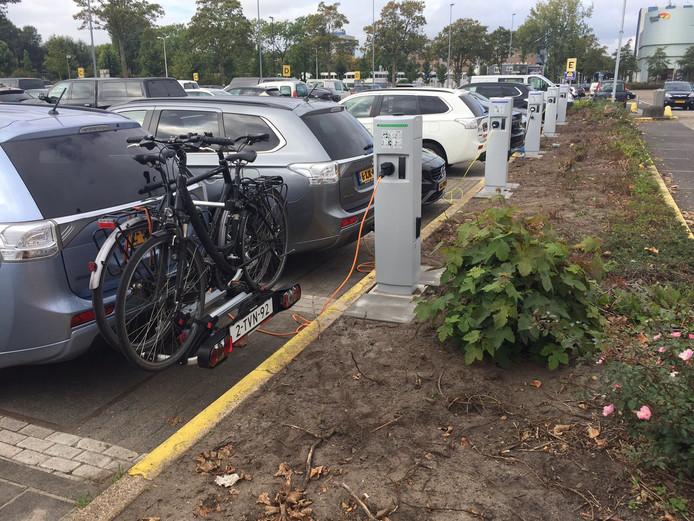 Elektrische laadpalen zijn er nu al bij het parkeerterrein bij de Jaarbeurs. De toekomst is een grote accu voor vijftig elektrische auto's.