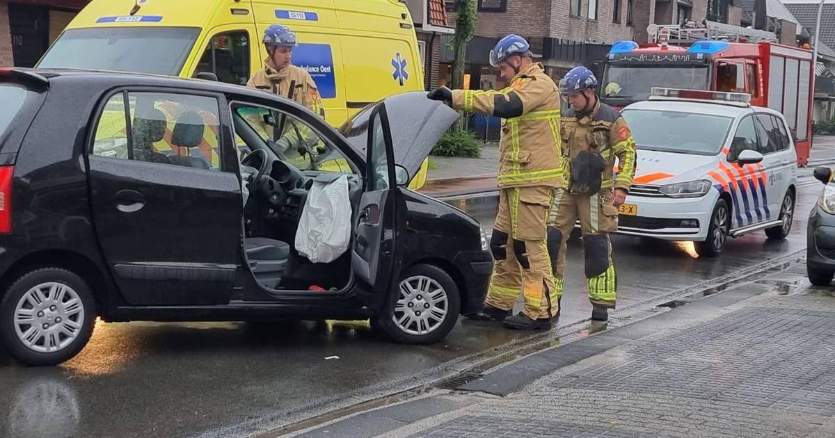 Gewonde naar ziekenhuis na botsing in Hengelo.