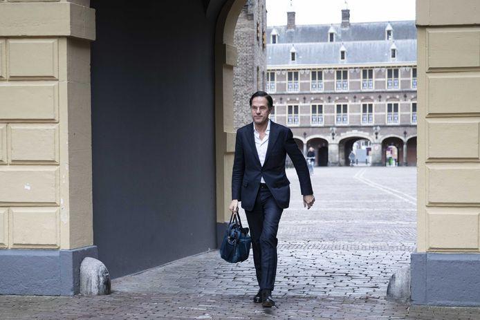 Demissionair minister president Mark Rutte (VVD) komt aan bij het Ministerie van Algemene Zaken voor de digitale ministerraad, een dag na het voor hem penibel Kamerdebat over de kwestie-Omtzigt.