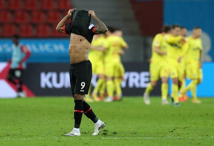 Leon Bailey verbergt zijn hoofd in zijn shirt na de 0-2 van SC Freiburg.