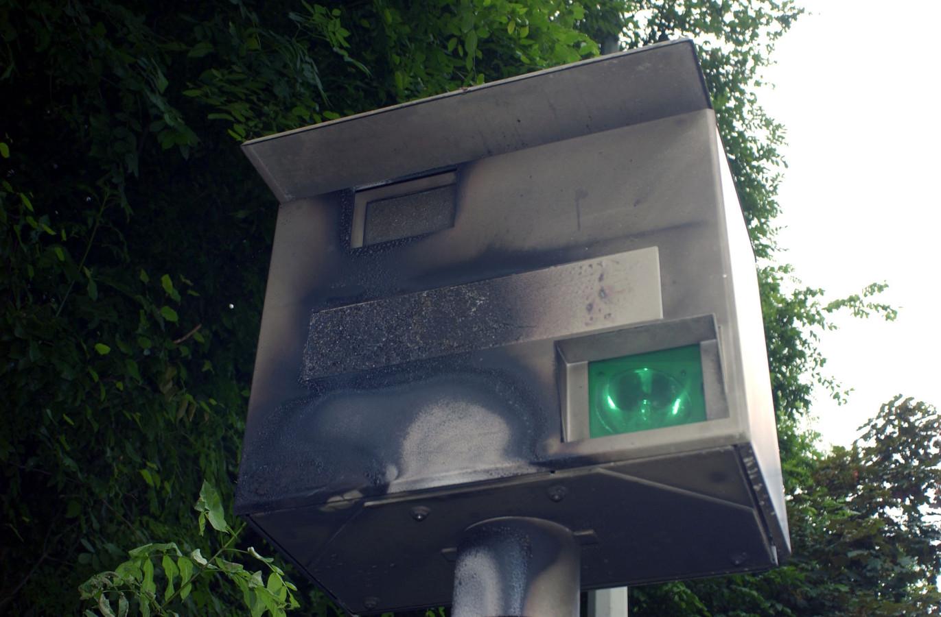 Een flitspaal uit Leuven, die in brand werd gestoken.