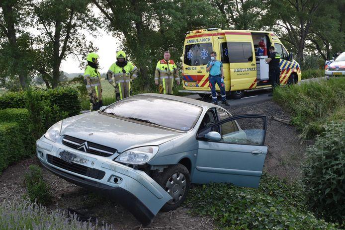 De auto raakte van de weg en belandde in een tuin