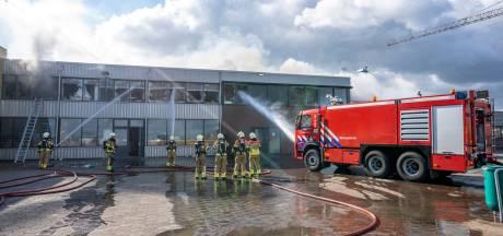 Brand in Werkendam laait op door onstuimig weer, identiteit omgekomen personen nog altijd niet bekend: 'Moeilijk proces'