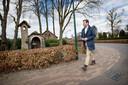 Joerie Minses wandelt langs de Mariakapel in Galder.