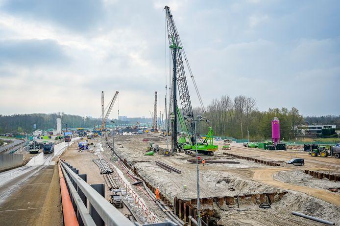 Het werk aan de nieuwe rijksweg A16 Rotterdam, hier ter hoogte van het Lage Bergse Bos, trekt een kilometerslang bouwlint door de Noordrand van de stad.