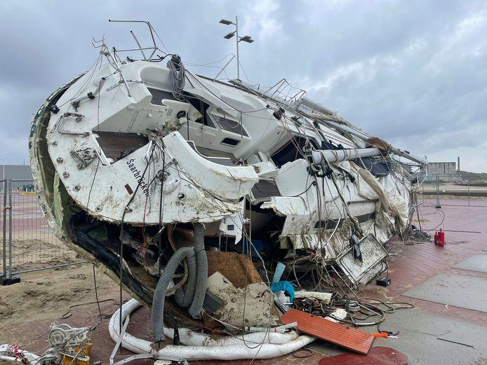 Zeiljacht Stefarion wordt op een parkeerplaats bij het Noordelijk Havenhoofd gesloopt.
