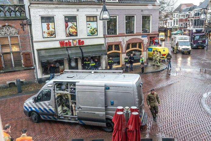 De omgeving werd ruim afgezet nadat er een handgranaat werd gevonden aan de deurklink bij Bruut in Zwolle.