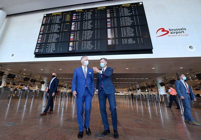 Le Roi Philippe de Belgique et le PDG de Brussels Airport, Arnaud Feist, lors d'une visite royale à Brussels Airport à Zaventem, jeudi 10 juin 2021.