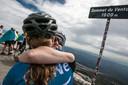 Op de top van de Mont Ventoux wordt de een na de ander met gejuich, high fives en omhelzingen onthaald. Er vloeien tranen van blijdschap, ontroering en ontlading.