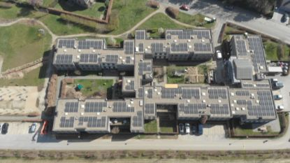 """Burgerenergiecoöperatie plaatst meer dan 1.000 zonnepanelen op WZC De Wingerd: """"En zo wordt zomerzon nu burgerzon"""""""