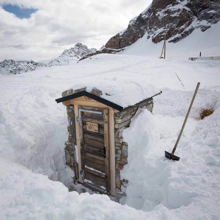 De wc bij de Lötschenpasshütte is buiten. Zelf uitgraven aub!  Beeld Lex van den Bosch