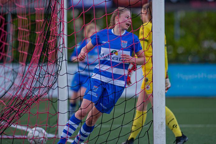 De buit is binnen, Tess van Bentem heeft PEC Zwolle op 2-0 gezet.