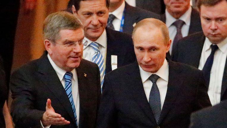 IOC-voorzitter Thomas Bach (links) met de Russische president Vladimir Poetin. Beeld EPA